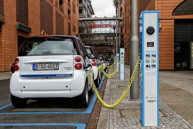 Electric vehicle (EV) charging station